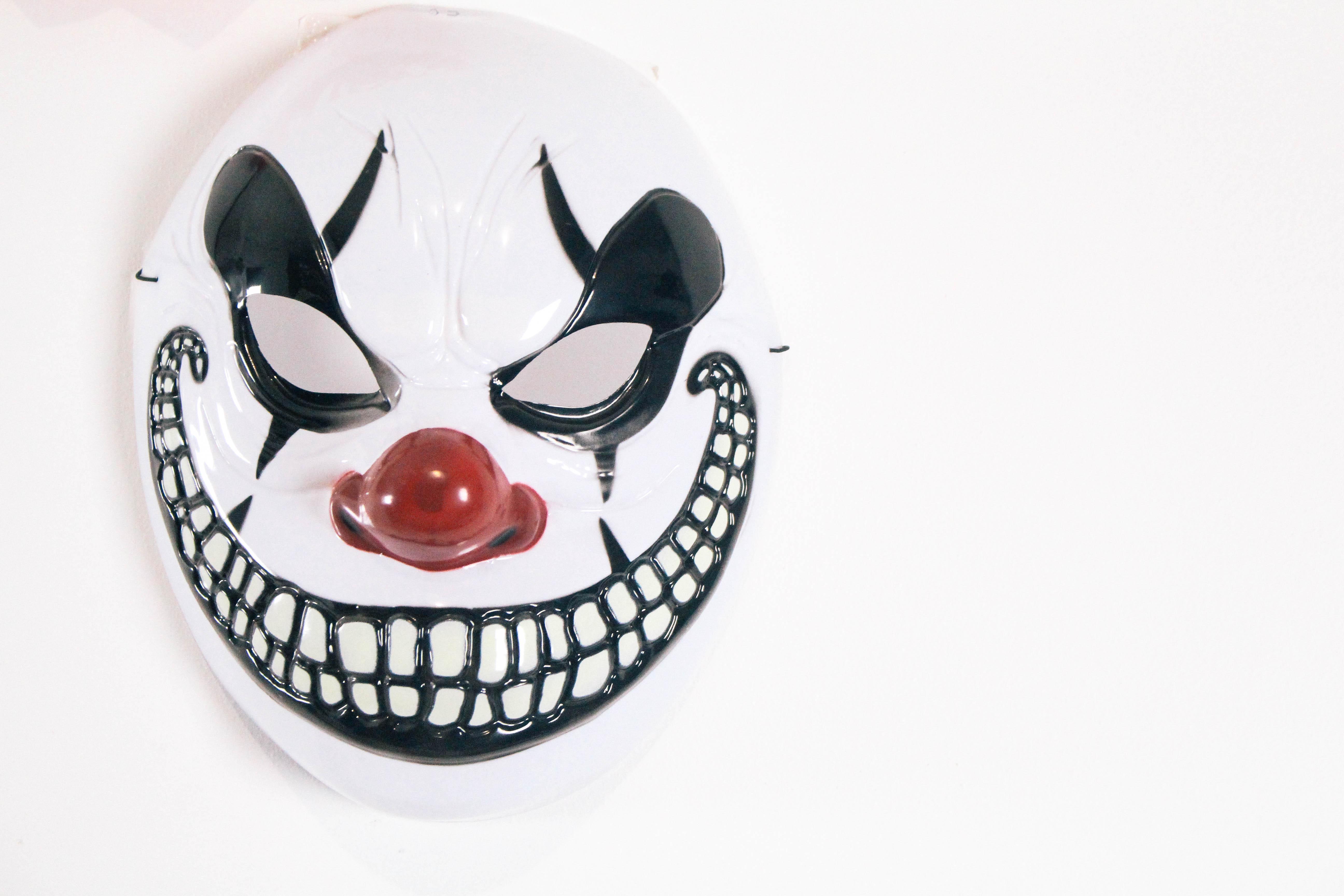 Halloween-Carnival-CarnEVIL-themed-party-tablescape-creepy-clown-mask-1